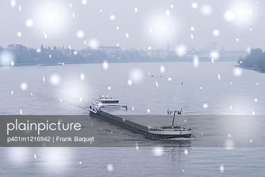 Rheinschifffahrt im Winter - p401m1216942 von Frank Baquet