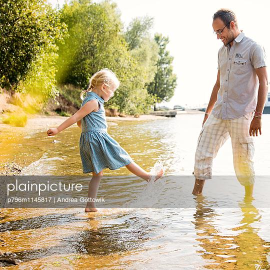 Papa Tochter Ausflug - p796m1145817 von Andrea Gottowik