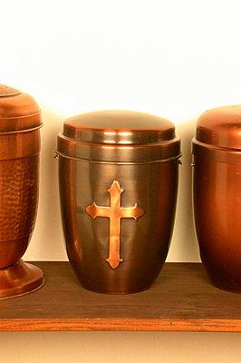 Urne mit Kreuz - p1650241df von Andrea Schoenrock