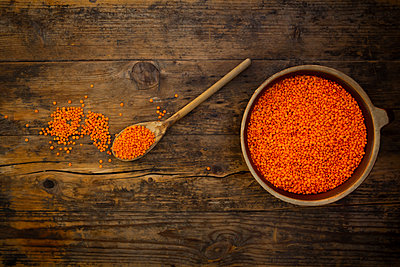 Overhead view of bowl of organic red lentils - p300m2160208 by Larissa Veronesi