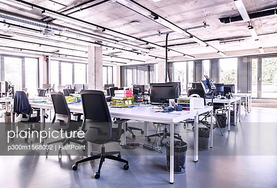 plainpicture - plainpicture p300m1568092 - Modern open-plan office - plainpicture/Westend61/HalfPoint