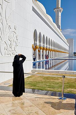 Fotografin in Abu Dhabi - p1164m2108935 von Uwe Schinkel