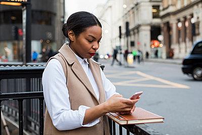 UK, London, businesswoman using cell phone - p300m1581030 von Mauro Grigollo