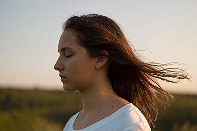 Junge Frau mit wehenden Haaren - p552m1564899 von Leander Hopf