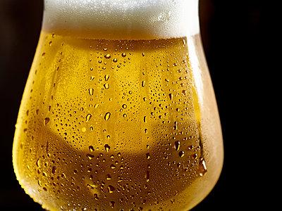 Ein Glas kaltes Bier - p897m1137594 von MICK