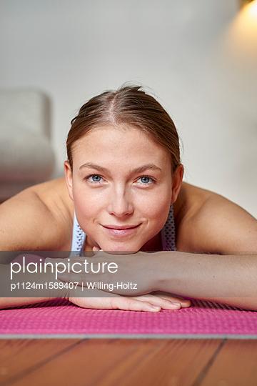 Junge Frau macht eine Pause beim Training - p1124m1589407 von Willing-Holtz
