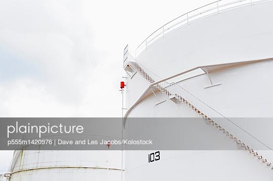 plainpicture | Photo library for authentic images - plainpicture p555m1420976 - Low angle view of fuel stor... - plainpicture/Blend Images/Dave and Les Jacobs/Kolostock