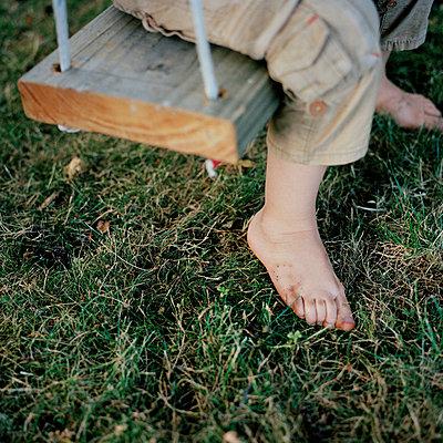 Kind auf der Schaukel - p1097m918368 von Mélanie Bahuon