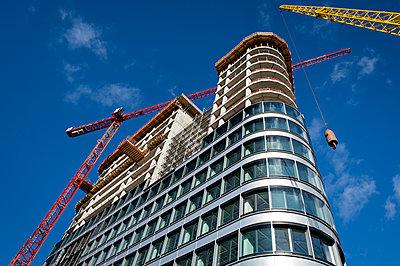 High-rise under construction  - p227m1191143 by Uwe Nölke
