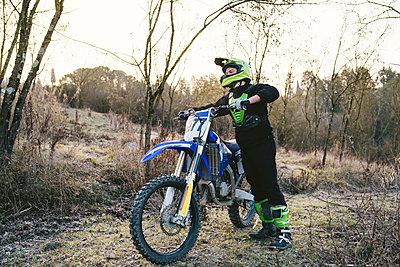 Motocross driver standing on circuit - p300m2103359 by Francesco Buttitta