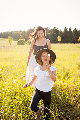 Mutter und Tochter - p796m2093137 von Andrea Gottowik