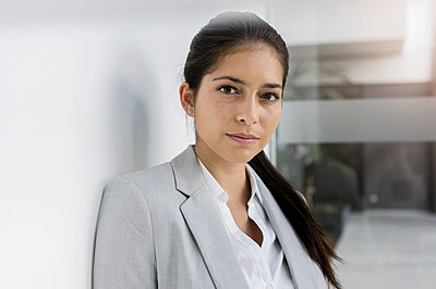 Germany, Bavaria, Munich, Portrait of young businesswoman - p924m2271304 by suedhang photography