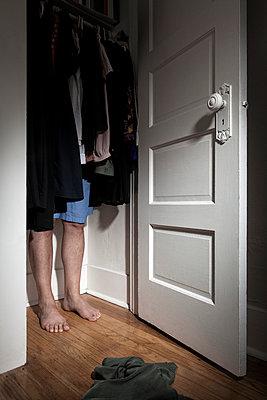 Im Schrank versteckt - p1094m900244 von Patrick Strattner