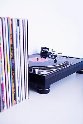 Plattenspieler und Schallplatten - p1149m2021213 von Yvonne Röder