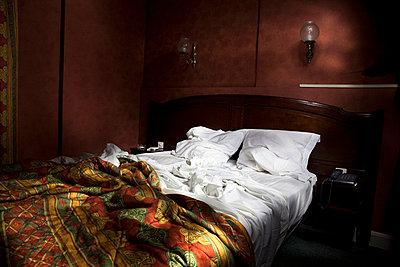 Zerwühltes Hotelbett - p6000061 von Laura Stevens