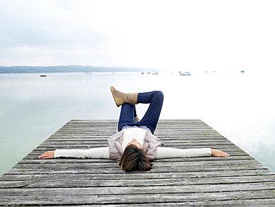Frau liegt auf einem Steg  - p6430077 von senior images