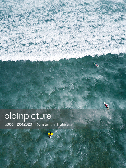 Indonesia, Bali, Aerial view of Balngan beach, surfer - p300m2042628 von Konstantin Trubavin