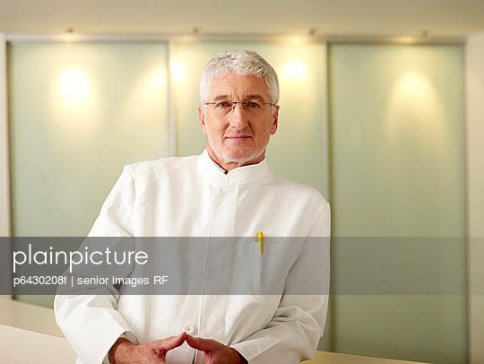 Arzt in Klinik  - p6430208f von senior images RF