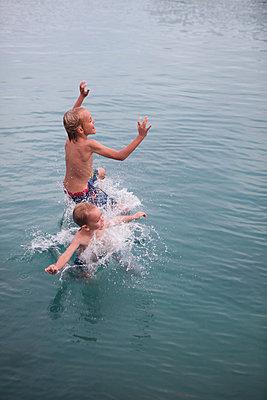 Ausgelassen ins Meer springen - p045m1574430 von Jasmin Sander