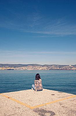 Frau sitzt am Meer - p1443m1591666 von SIMON SPITZNAGEL