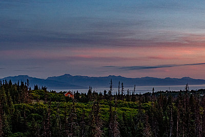 Alaska, Single house in front of a mountain panorama - p1455m2204770 by Ingmar Wein
