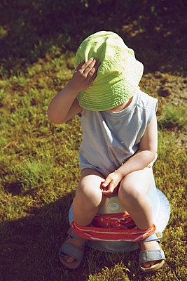 Kind auf dem Töpfchen - p606m1573160 von Iris Friedrich