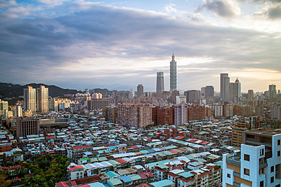 City skyline and Taipei 101 building, Taipei, Taiwan - p871m2046548 by Gavin Hellier