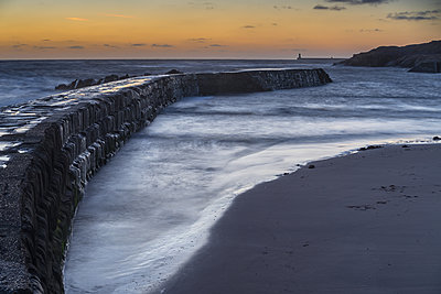 Tynemouth Pier, as seen from Cullercoats at dawn, Tyne and Wear, England, United Kingdom - p871m2113642 by Bill Ward