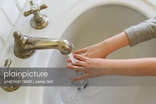 Close-up of boy (4-5) washing hands - p1427m2174020 by Jamie Grill