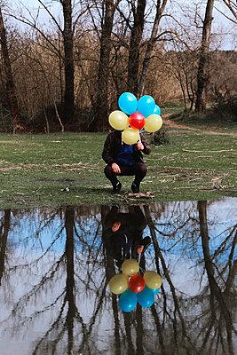 Mann hält Luftballons - p1521m2157604 von Charlotte Zobel