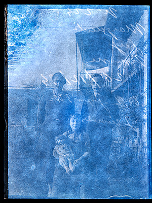 Family photograph - p265m2121965 by Oote Boe