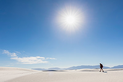 USA, New Mexico, Chihuahua Desert, White Sands National Monument, woman hiking on dune - p300m1417162 by Fotofeeling