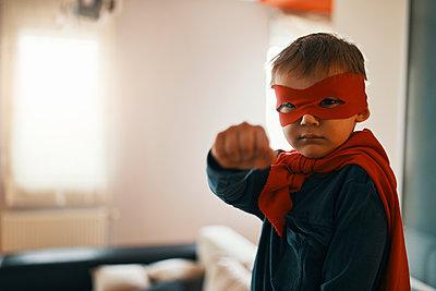 Portrait of little boy dressed up as a superhero at home - p300m1581223 von Zeljko Dangubic