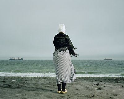 Woman staring at the sea - p1132m925524 by Mischa Keijser