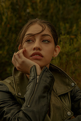 Young woman wearing leather jacket, portrait - p1640m2259910 by Holly & John