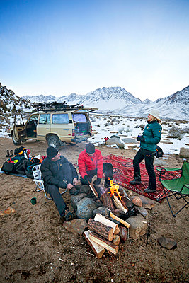 Friends relaxing while car camping - p343m1217934 by PatitucciPhoto