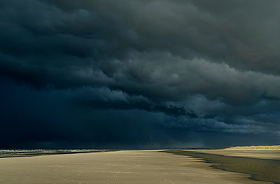 Hailstorm approaching the island of Terschelling from the North Sea, West aan Zee, Friesland, Netherlands - p429m1140033 by Mischa Keijser