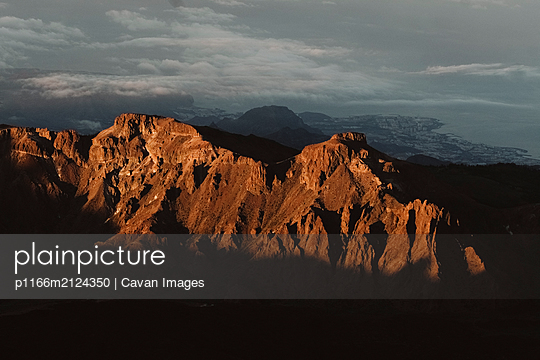 Aerial view of Las Ca̱adas at sunrise with coast in background - p1166m2124350 by Cavan Images