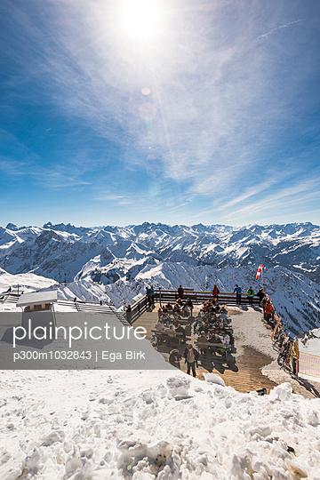 Germany, Bavaria, Nebelhorn, people on observation terrace - p300m1032843 by Ega Birk