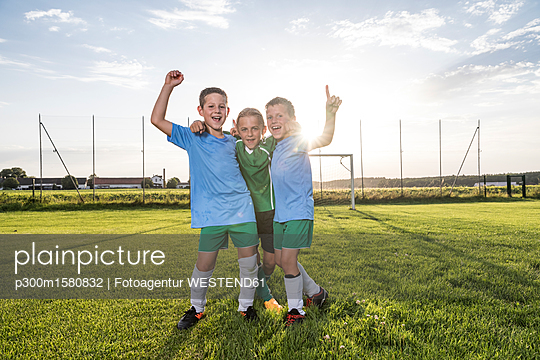 plainpicture - plainpicture p300m1580832 - Young football players chee... - plainpicture/Westend61/Fotoagentur WESTEND61