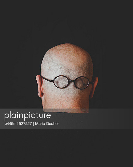 Bald head with glasses - p445m1527827 by Marie Docher