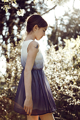 Girl in the garden - p1150m939288 by Elise Ortiou Campion