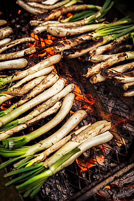 Calcots on barbecue mill outdoors - p300m2264408 by Aitor Carrera Porté
