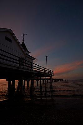 Seebrücke im Abendrot - p464m1461662 von Elektrons 08