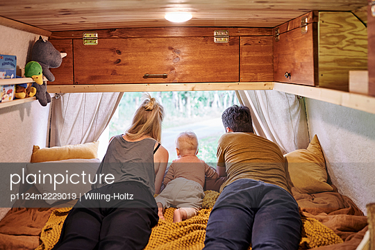 Family in Caravan - p1124m2229019 by Willing-Holtz