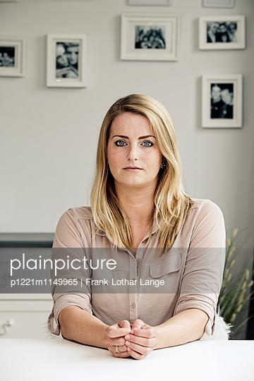 Porträt einer jungen Frau - p1221m1149965 von Frank Lothar Lange