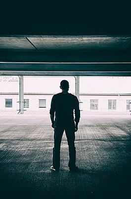 Mann in einem Parkhaus - p794m1035082 von Mohamad Itani