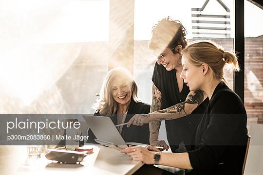 Creative businesswomen working together in office - p300m2083860 by Malte Jäger