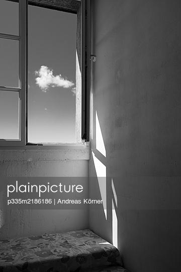 Offenes Fenster - p335m2186186 von Andreas Körner
