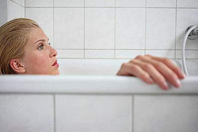 Woman taking a bath - p045m934820 by Jasmin Sander
